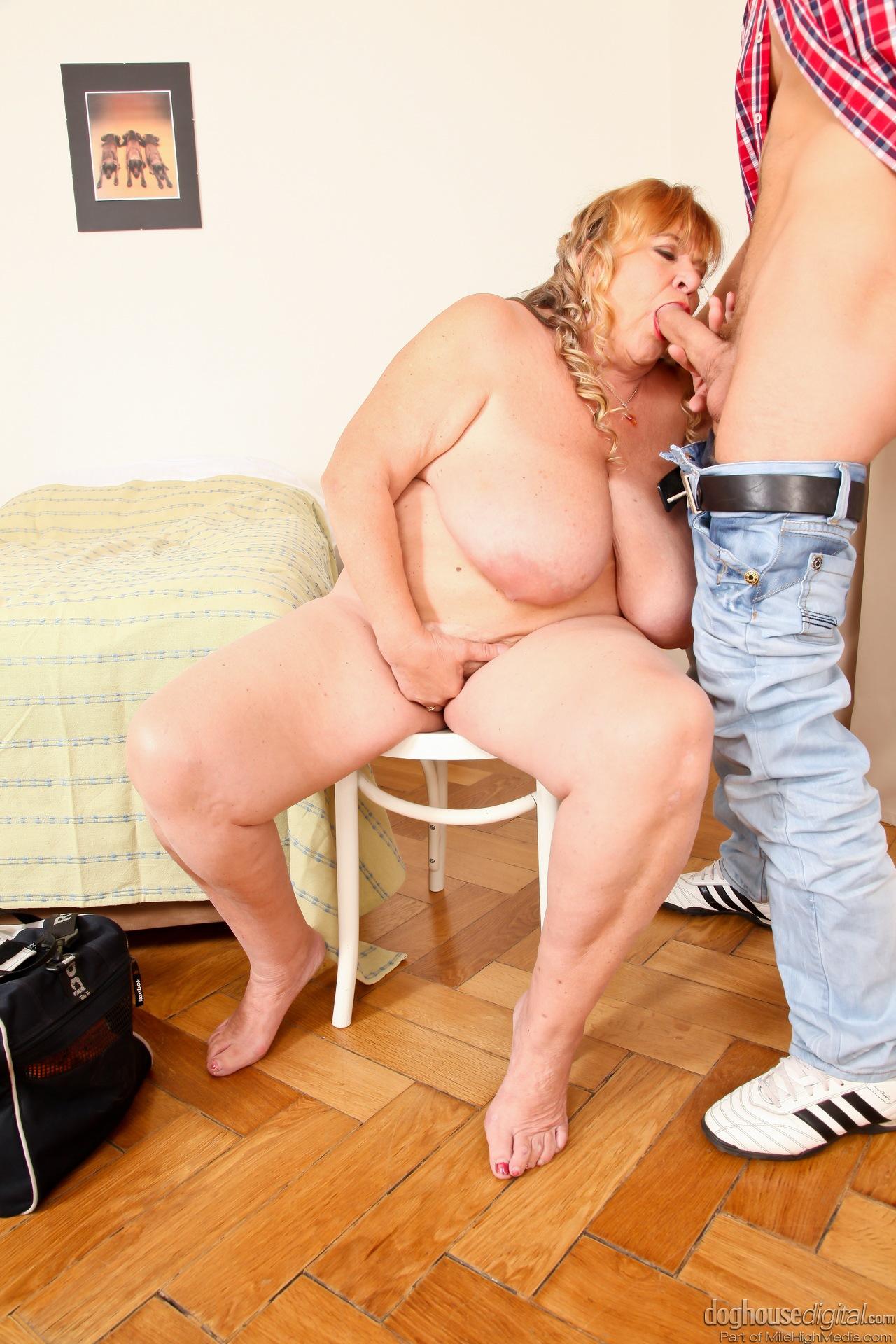 Жирная мать и сын секс