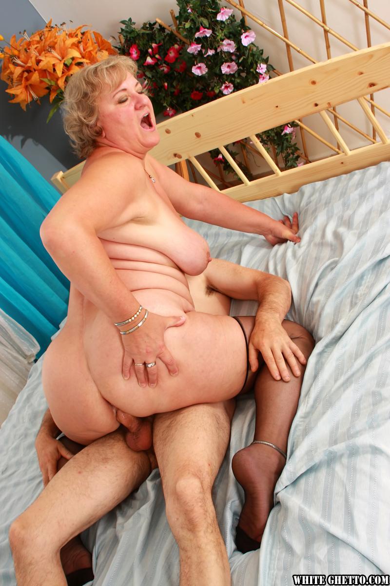 Тетка соблазнила соседа 20 фотография